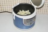 Шаг 4. Выложить в чашу мультиварки цветную капусту и поставить режим выпечка 40