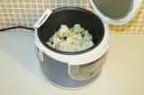 Шаг 6. Через 20 минут выложить тофу к капусте, перемешать и закрыть крышку.