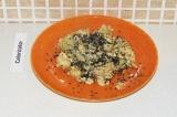 Шаг 8. Посыпать готовую капусту кунжутом и подавать к столу.