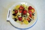 Готовое блюдо: салат с баклажаном и черри