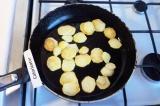 Шаг 3. Обжарить картофель в 1.5 ст. л. подсолнечного масла до готовности, посоли