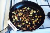 Шаг 4. Баклажаны отжать, слить сок, обжарить баклажаны в 1.5 ст. л. растительног