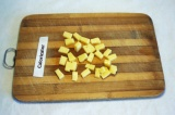 Шаг 8. Сыр нарезать кубиками.