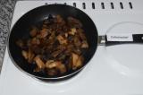 Шаг 1. Шампиньоны нарезать и выложить в сковородку с маслом.