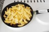 Шаг 3. Нарезать картофель в произвольной форме, выложить в сковородку.