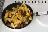 Шаг 4. Жарить картофель в течение 15 минут. Поперчить, перемешать.