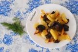 Шаг 5. Готовые шампиньоны с картофелем выложить в тарелку, украсить зеленью.