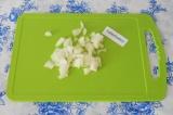 Шаг 3. Нарезать лук и добавить к жареным шампиньонам. Жарить еще 5 минут.