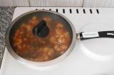 Шаг 7. Налить воды, закрыть крышку и тушить в течение 40-50 минут (можно еще доб