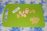 Шаг 1. Банан нарезать на кусочки, оставить немного для подачи.