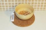 Шаг 9. Блендером взбить кедровые орешки, сок лимона и воду. Полить соусом