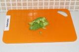 Шаг 4. Порезать авокадо кубиками.