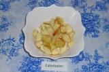 Шаг 1. Яблоки очистить от сердцевины и нарезать в произвольной форме, выложить