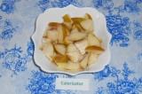 Шаг 3. Вынуть семечки и сердцевину из груши и нарезать в произвольной форме