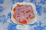 Шаг 7. Залить йогуртом, не перемешивать.