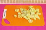 Шаг 1. Очистить баклажан от кожуры и порезать квадратиками.