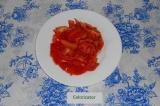 Шаг 1. Нарезать помидоры дольками.