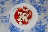 Шаг 3. Нарезать сыр фетакса и выложить на помидоры.