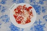 Шаг 5. Тщательно перемешать салат, немного «расплющить» по тарелке.