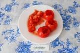 Шаг 1. С помидоров снять шляпку и вынуть семечки маленькой ложкой.