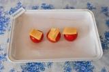 Шаг 6. Сверху выложить ломтики сыра.