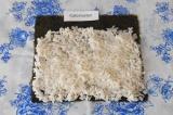 Шаг 5. Выложить рис на лист нори, оставить свободный край для скрепления.