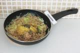 Шаг 8. Добавить сыр и специи, обжарить/потушить на сковороде еще 4 минуты.
