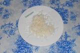 Шаг 1. Репку очистить и натереть на крупной терке прямо в тарелку.