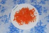 Шаг 2. Добавить натертую морковь, перемешать.
