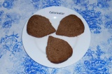 Шаг 1. Нарезать хлеб на тонкие ломтики, выложить на тарелку.