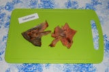 Шаг 3. Очистить рыбу от кожуры и костей.