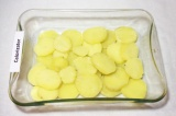 Шаг 6. Картофель выложить первым слоем в смазанную маслом форму, посолить, попер