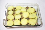 Шаг 8. Затем, выложить опять слой картофеля, посолить и поперчить, дальше оставш