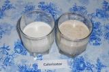 Шаг 5. Готовый смузи вылить в стакан, добавить молоко и перемешать ложкой.
