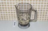 Шаг 3. Взбить блендером орехи с водой.