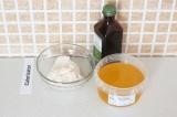 Шаг 5. В жмых от миндаля добавить мед и экстракт ванили.