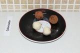 Шаг 7. Обвалять конфетки в какао.