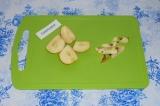 Шаг 3. Из яблока убрать сердцевину и семечки.