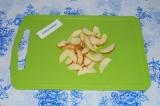 Шаг 4. Яблоко нарезать тонкими дольками.
