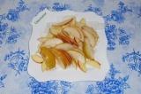 Шаг 6. Репку, яблоко и грушу выложить в тарелку.