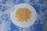 Шаг 9. Натереть сыр на терке. Достать горшочек из духовки и посыпать сверху сыро