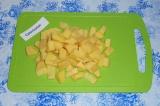 Шаг 1. Картофель нарезать кубиками.