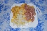 Шаг 4. Выложить все ингредиенты в тарелку, перемешать.