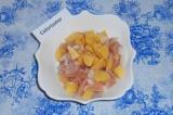 Шаг 4. Выложить картофель, лук и филе в тарелку, перемешать.