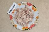 Шаг 1. Вареное мясо нарезать на мелкие кубики.