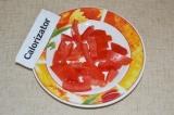 Шаг 2. У помидора убрать мякоть, нарезать его небольшими дольками.