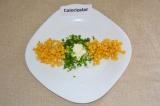 Шаг 5. На тарелке сформировать салат. Начать нужно с середины: выложить сметану