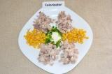 Шаг 6. Далее добавить мясо кролика, огурцы, помидор и яйца.