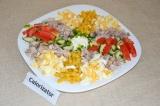 Готовое блюдо: салат с мясом, яйцом и овощами