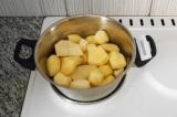 Шаг 1. Отварить картофель в воде до готовности, посолить.